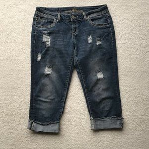 ALMOST FAMOUS DISTRESSED CAPRI JEANS SIZE 7
